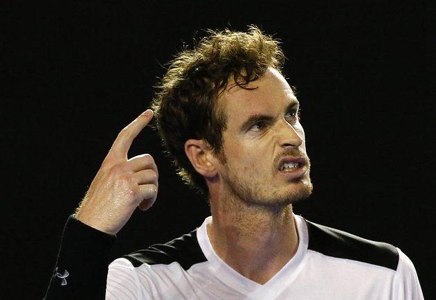 Andy Murray gestikuluje ve čtvrtfinálovém utkání v Melbourne.
