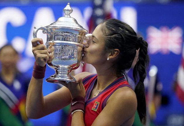 Emma Raducanuová líbá trofej z US Open.