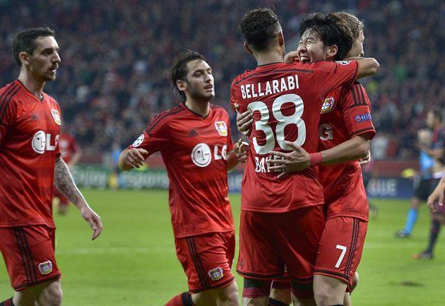 Fotbalisté Leverkusenu slaví gól proti Benfice Lisabon.