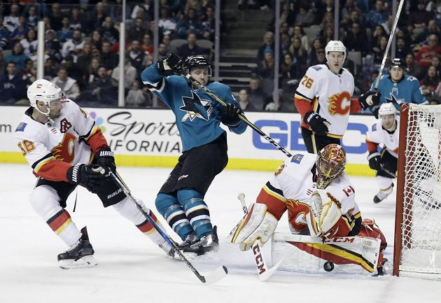 Gólman Calgary Flames David Rittich předvedl proti Žralokům ze San Jose skvělý výkon, ale nakonec porážce na nájezdy nezabránil.