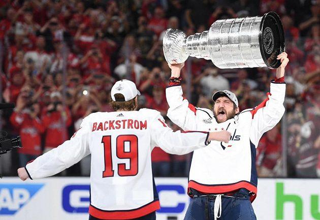 Washingtonský lídr Alexandr Ovečkin a Nicklas Bäckström se Stanley Cupem.