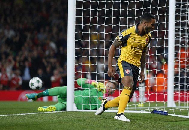 Záložník Arsenalu Theo Walcott slaví gól proti Basileji v zápase Ligy mistrů. Vzadu je brankář švýcarského týmu Tomáš Vaclík.