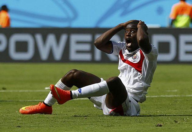 Kostaričan Joel Campbell nemůže uvěřit, že rozhodčí Enrique Osses z Chile neodpískal po zákroku na něj v utkání proti Itálii penaltu.
