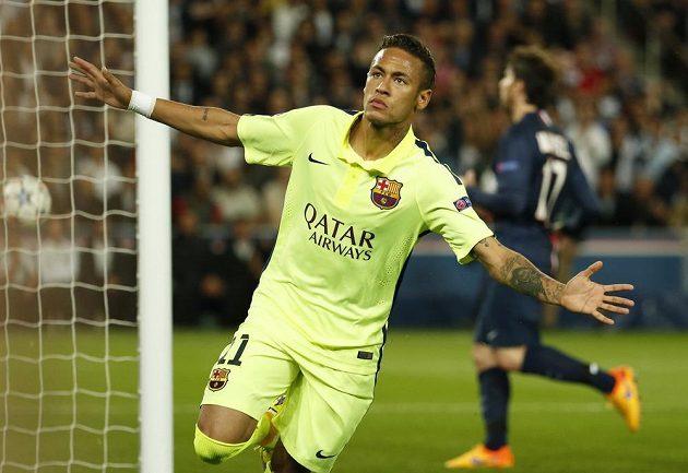 Neymar z Barcelony se raduje po brance, kterou vstřelil Paris St. Germain.