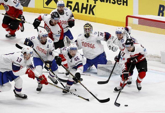 Rakouský hokejista Fabio Hofer se snaží prosadit proti norské přesile ve složení Mathis Olimb, Patrick Thoresen a Henrik Holm během utkání mistrovství světa.