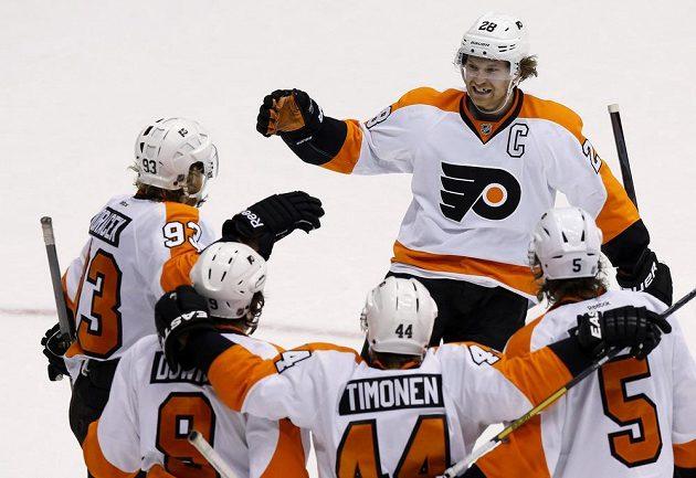 Hráči Flyers oslavují Voráčkův (vlevo) gól v utkání s Phoenixem. S gratulací přijíždí i kapitán Claude Giroux (28).
