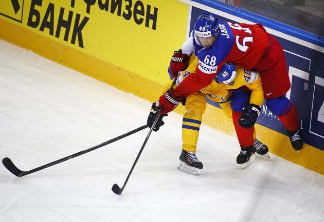 Daniel Rahimi ze Švédska v souboji s českým křídelníkem Jaromirem Jágrem.