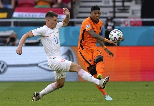 Nizozemský fotbalista Patrick Van Aanholt v akci během osmifinále EURO s Českem. Zabránit v rozehrávce se mu snaží Lukáš Masopust.