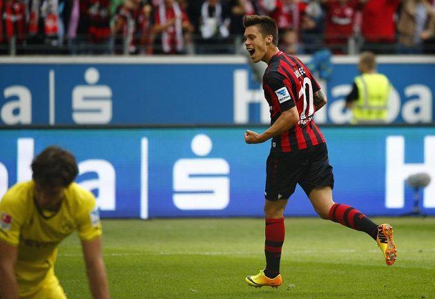 Václav Kadlec slaví svůj první gól v dresu Frankfurtu, když se trefil do sítě Borussie Dortmund.