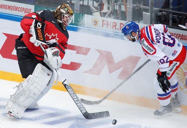 Kanadský gólman Barry Brust a proti němu Michal Vondrka.