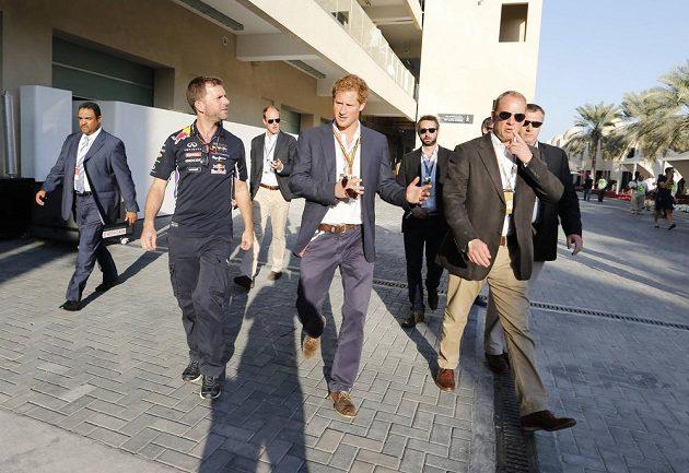 Princ Harry v dějišti závěrečné GP v Abú Zabí. Hned po dojezdu blahopřál čerstvému mistru světa Lewisi Hamiltonovi přes týmové rádio.