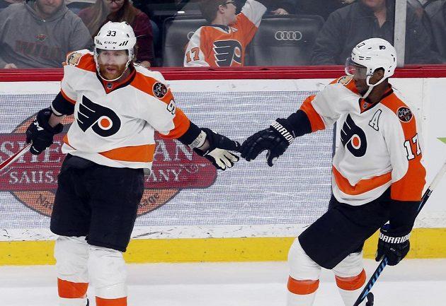 Útočník Philadelphie Flyers Jakub Voráček (vlevo) se v NHL trefil v utkání proti Minnesotě. Ke gólu mu gratuluje spoluhráč Wayne Simmonds. Philadelphia vyhrála 3:1.