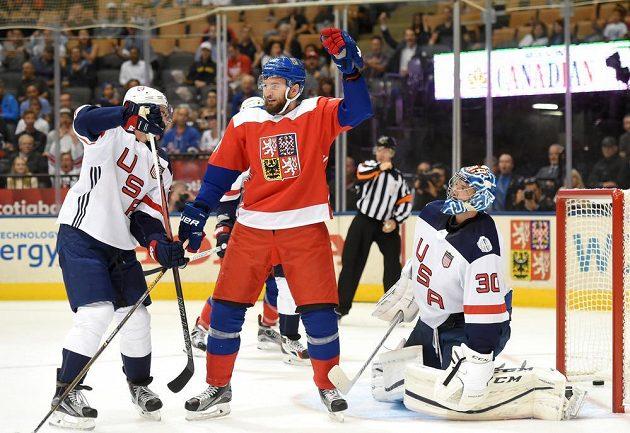 Martin Hanzal (v červeném) se raduje z gólu Zbyňka Michálka (není na snímku) proti USA.