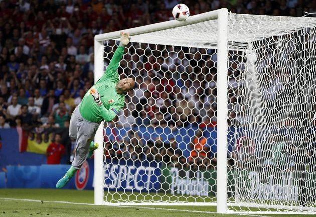 Maďarský gólman Gábor Király vytlačuje v zápase s Belgií balón na břevno.