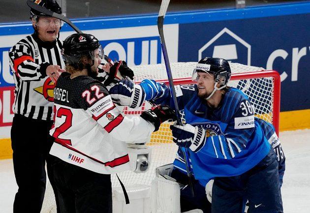 Fin Teemu Turunen (vpravo) v potyčce s Kanaďanem Brandonem Hagelem.