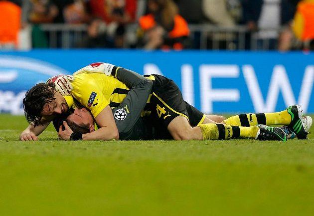 Obránce Neven Subotič spolu s gólmanem Romanem Weidenfellerem oslavují postup Borussie Dortmund do finále Ligy mistrů.