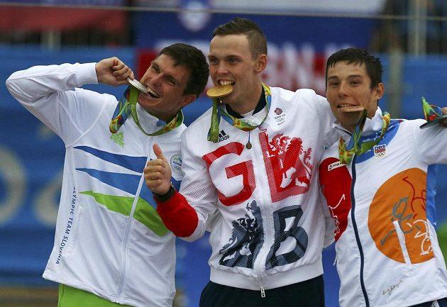 Olympijští medailisté v kajaku: Zlatý Brit Joseph Clarke (uprostřed), stříbrný Slovinec Peter Kauzer (vlevo) a bronzový Jiří Prskavec.