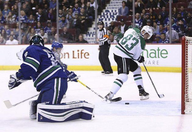 Útočník týmu Dallas Stars Aleš Hemský dává gól v utkání NHL proti Vancouveru Canucks. Gólman Ryan Miller neměl šanci.
