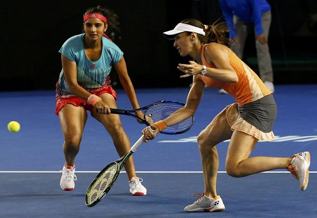 Vítězky deblu na Australian Open v akci - vpravo Martina Hingisová, vlevo její parťačka Sania Mirzaová.