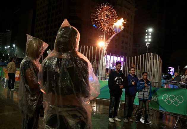 Déšť kazil slavnostní zakončení na stadiónu i před ním.