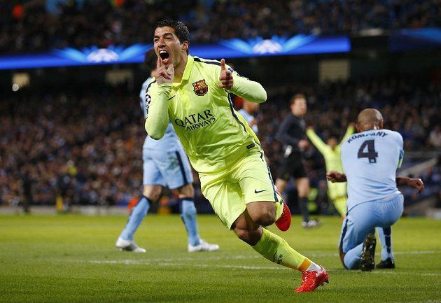 Luis Suárez z Barcelony slaví gól proti Manchesteru City v úvodním osmifinálovém zápase Ligy mistrů. Vpravo je smutný obránce anglického týmu Vincent Kompany.