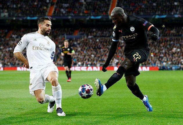Dani Carvajal (vlevo) z Realu Madrid se snaží zastavit Benjamina Mendyho z Manchesteru City.