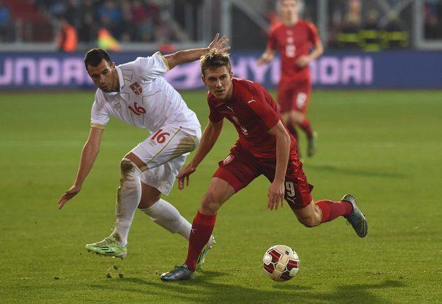 Luka Milivojevič ze Srbska (vlevo) a český záložník Bořek Dočkal během přátelského utkání ve Vítkovicích..