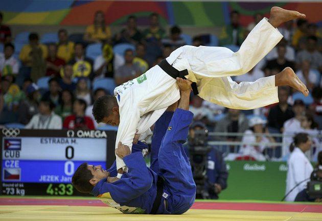 Český judista Jaromír Ježek (v modrém) bojuje na olympiádě v Riu s Kubáncem Magdielem Estradou.