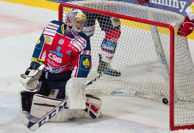 Pardubický brankář Július Hudáček inkasuje gól na ledě třineckých Ocelářů.