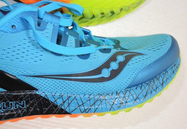 Běžecké boty Saucony Freedom ISO: Pohled zboku - velké logo je reflexní.