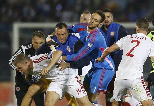 Albánský fotbalový útočník Bekim Balaj (č. 16) v potyčce se srbskými hráči během kvalifikačního utkání ME 2016.