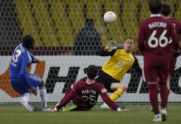 Fotbalista Chelsea Victor Moses dává gól brankáři Kazaně Sergeji Ryžikovovi v odvetě čtvrtfinále EL.
