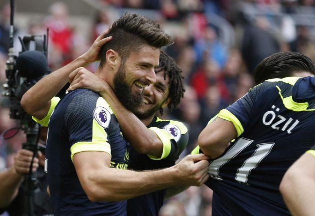 Útočník Arsenalu Olivier Giroud přijímá od spoluhráčů gratulace k jednomu ze svých gólů proti Sunderlandu.