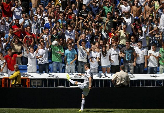 Fanoušci vítají na stadiónu Santiaga Bernabéua novou posilu Garetha Balea.