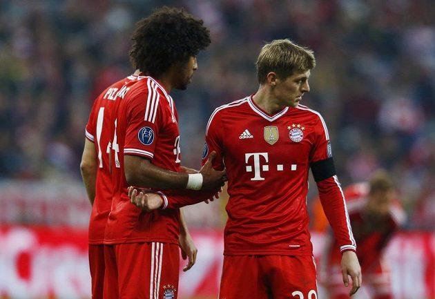 Zdecimovaní hráči Bayernu Toni Kroos (vpravo) a Dante.