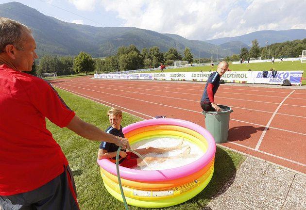 Fotbalisté Sparty se ochlazují během tréninku v italském Brunecku. V bazénku stoper Radoslav Koiváč, v kádi útočník Martin Nešpor