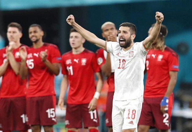 Španělsko je prvním semifinalistou EURO. Postup přes Švýcarsko po penaltovém rozstřelu slaví Jordi Alba.