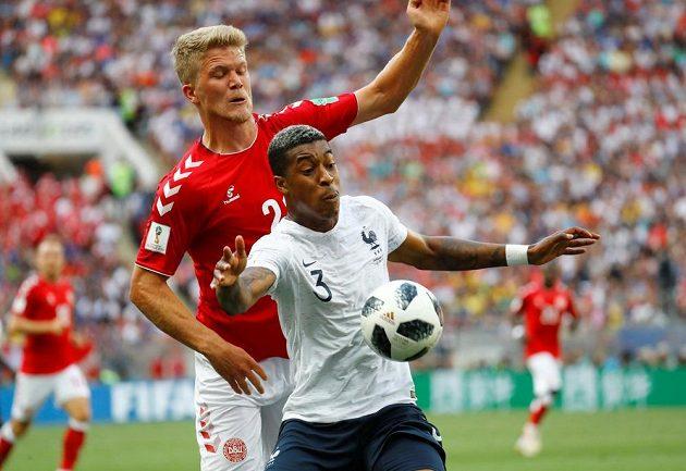 Dán Andreas Cornelius bojuje o míč s Francouzem Presnelwm Kimpembem.