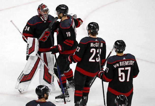 Český brankář Petr Mrázek přijímá gratulace od spoluhráčů z Caroliny po vítězném duelu s New York Rangers.