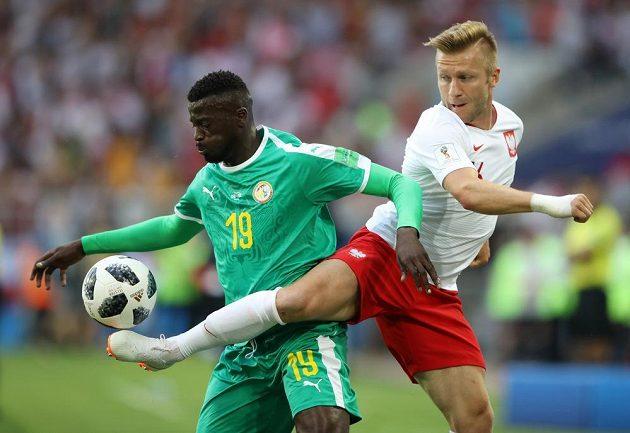 Polský reprezentant Jakub Blaszczykowski se snaží odehrát míč v utkání MS, prosadit k míči se snaží Senegalec M'Baye Niang.