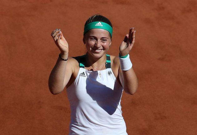 Lotyšská tenistka Jelena Ostapenková slaví, právě se stala překvapivou vítězkou grandslamového French Open.