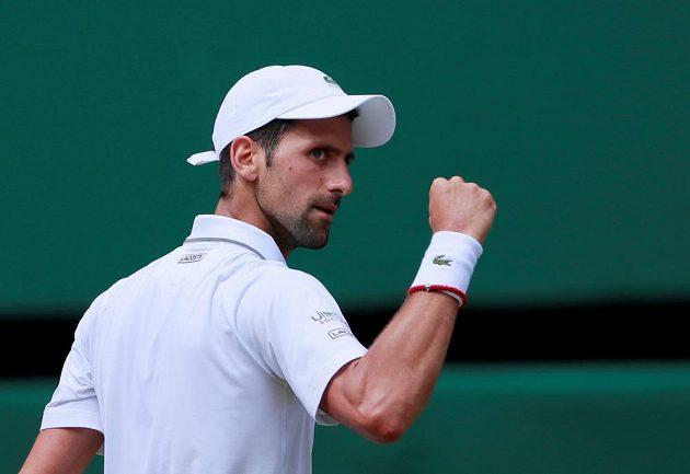 Vítězné gesto srbského tenisty Novaka Djokoviče v semifinále Wimbledonu.
