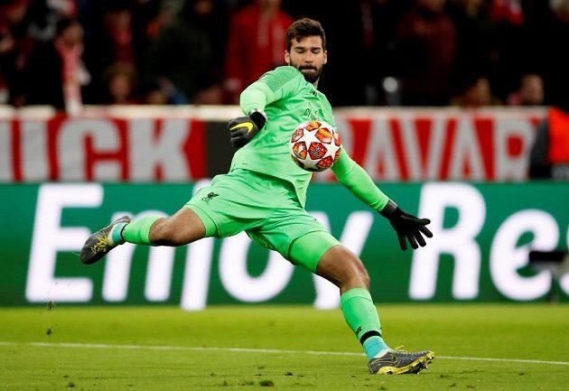 Liverpoolský gólman Alisson v akci během utkání Ligy mistrů.
