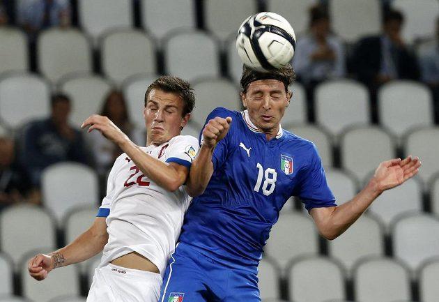 Ital Riccardo Montolivo (vpravo) v hlavičkovém souboji s Vladimírem Daridou.