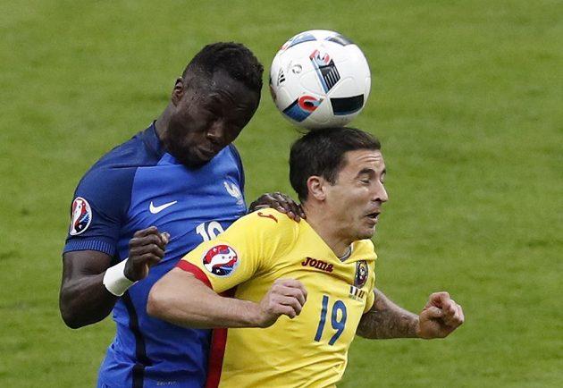 Francouz Bacary Sagna (vlevo) a Rumun Bogdan Stancu bojují o balón.