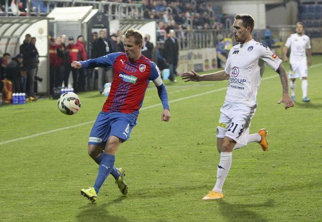 David Limberský z Plzně (vlevo) odkopává míč před Milanem Kerbrem ze Slovácka.