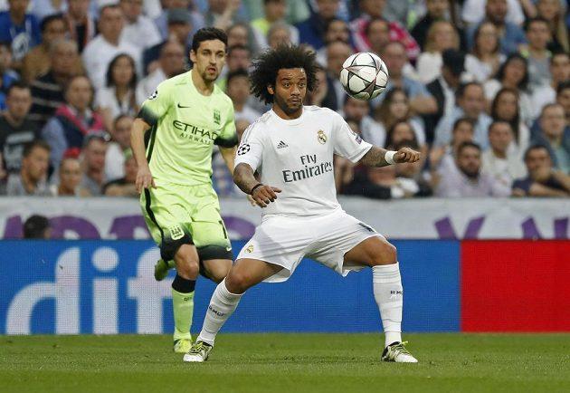 Marcelo z Realu Madrid (vpravo) si pod dohledem Jesúse Navase z Manchesteru City (vlevo) zpracovává míč.