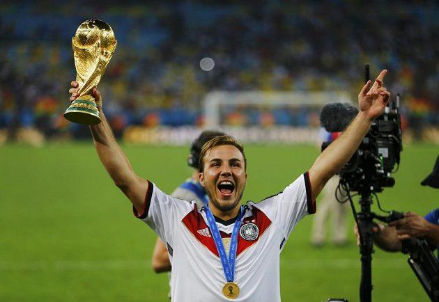 Německý útočník Mario Götze s trofejí pro vítěze světového šampionátu ve fotbale.