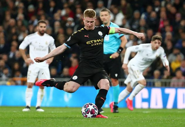 Kevin De Bruyne střílí z penalty vítězný gól Manchesteru City v úvodním osmifinále Ligy mistrů na hřišti Realu Madrid.