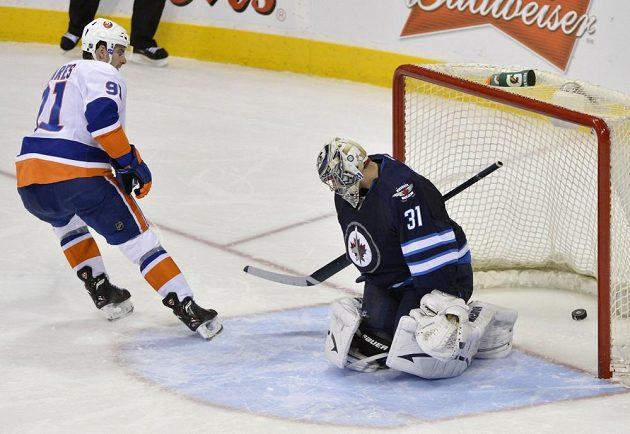 Český brankář Ondřej Pavelec inkasuje gól z rozhodujícího nájezdu Tavarese, který tak rozhoduje o výhře Islanders nad Jets.
